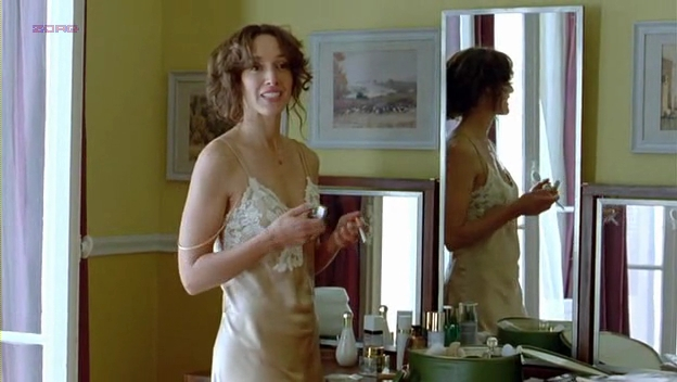 Jennifer Beals hot in lingerie - Joueuse (2009)