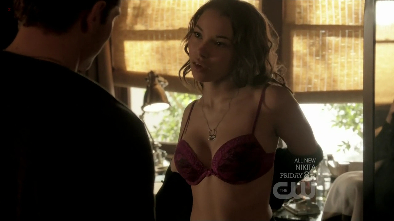 Jessica Parker Kennedy hot and sexy in bar - The Secret Circle (2011) s1e4