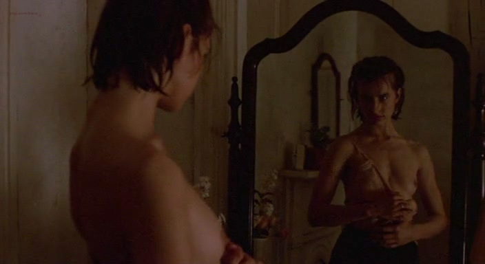 Nastassja Kinski nude brief topless – Maria's Lovers (1984)